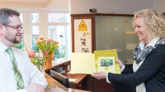 Freundlicher Empfang an der Rezeption im Pflegeheim Seniorenresidenz Uelzen