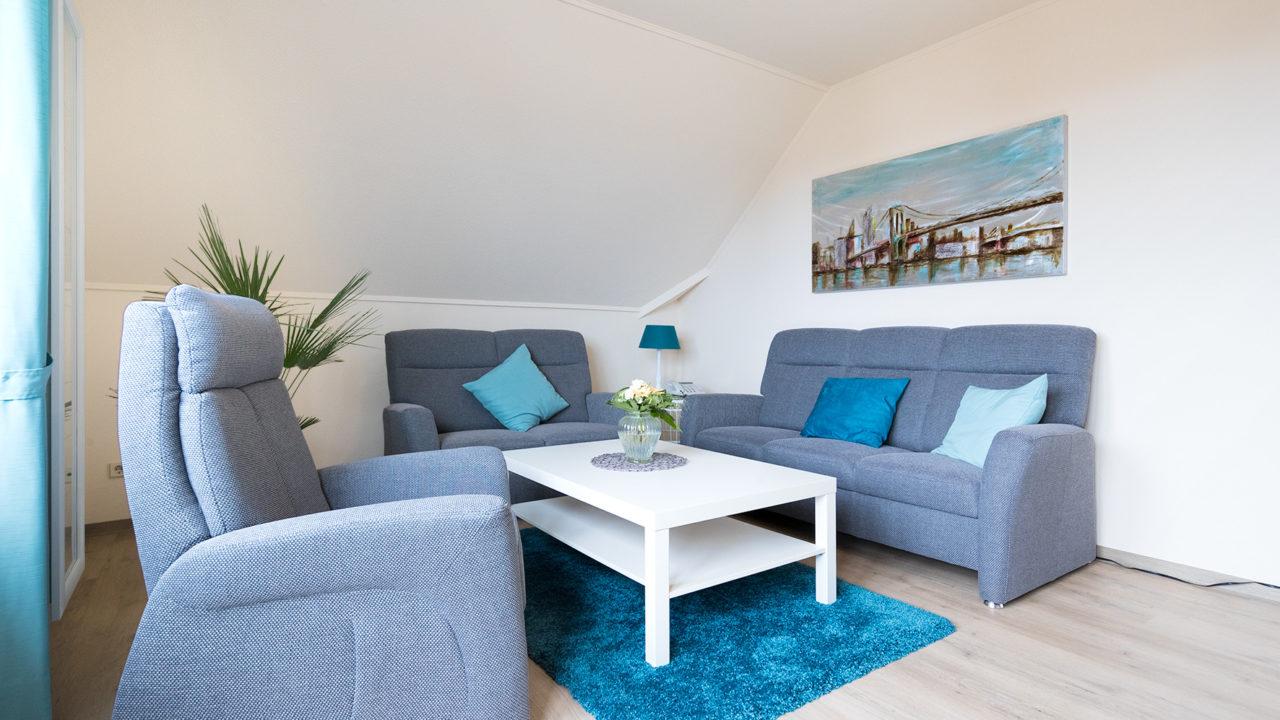 Gemütliches Wohnzimmer mit zwei Sesseln und Sofa in einem Zimmer im Pflegeheim Seniorenresidenz Uelzen