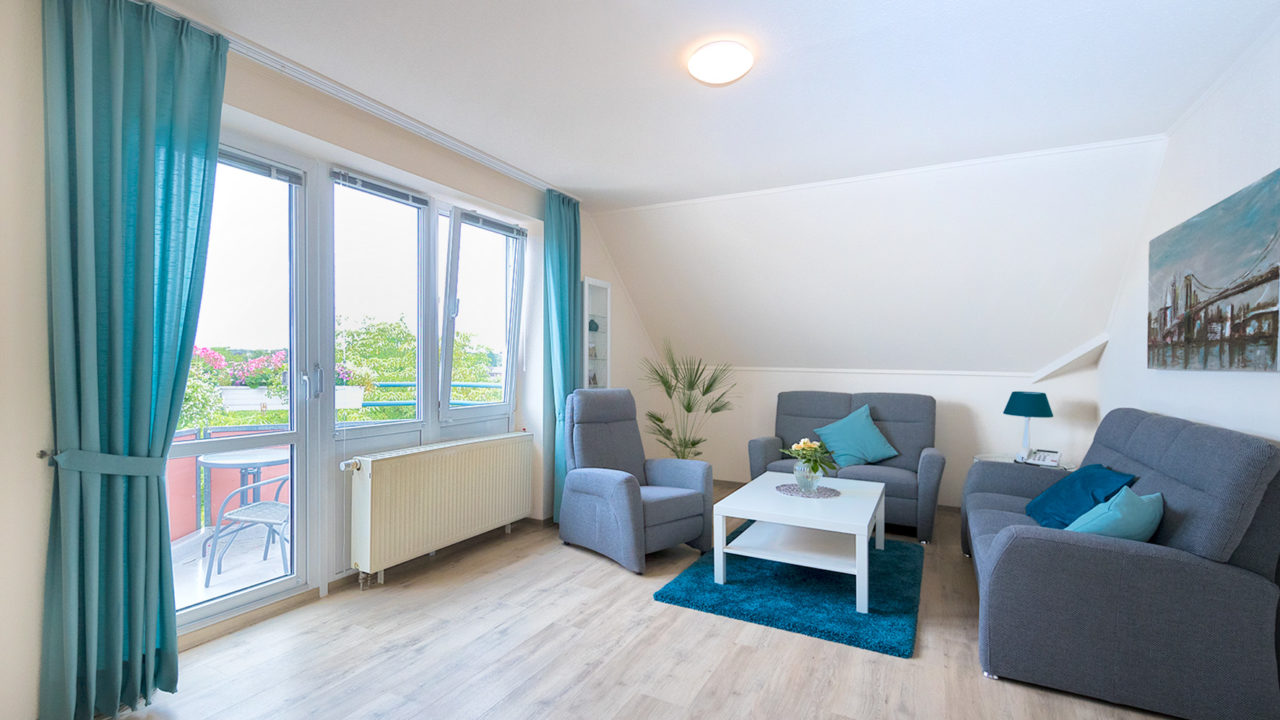 Gemütliches Wohnzimmer im Zimmer 114 mit Balkon im Pflegeheim Seniorenresidenz Uelzen