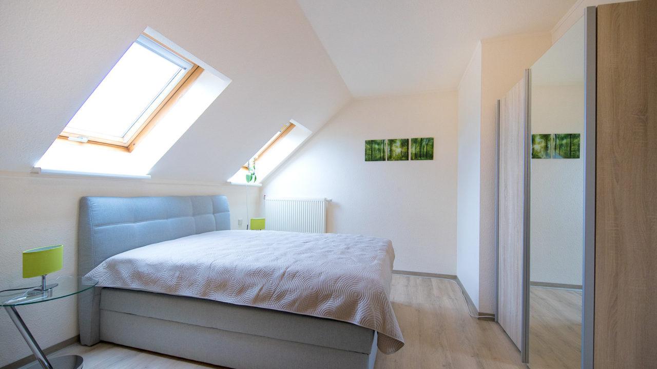 Modernes Schlafzimmer mit zwei Fenstern im Pflegeheim Seniorenresidenz Uelzen