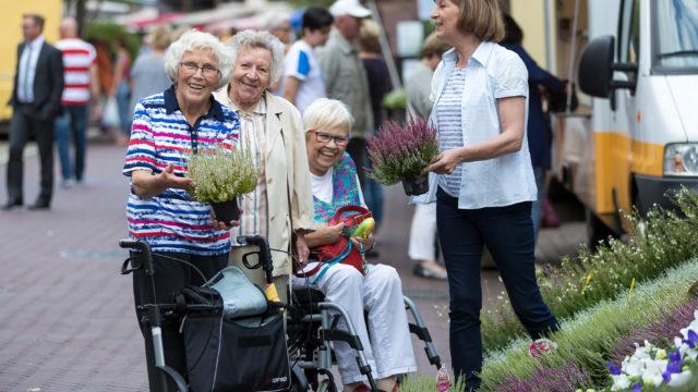 Vier Frauen, Bewohnerinnen des Pflegeheim Seniorenresidenz Uelzen, sind zusammen auf dem Wochenmarkt in Uelzen