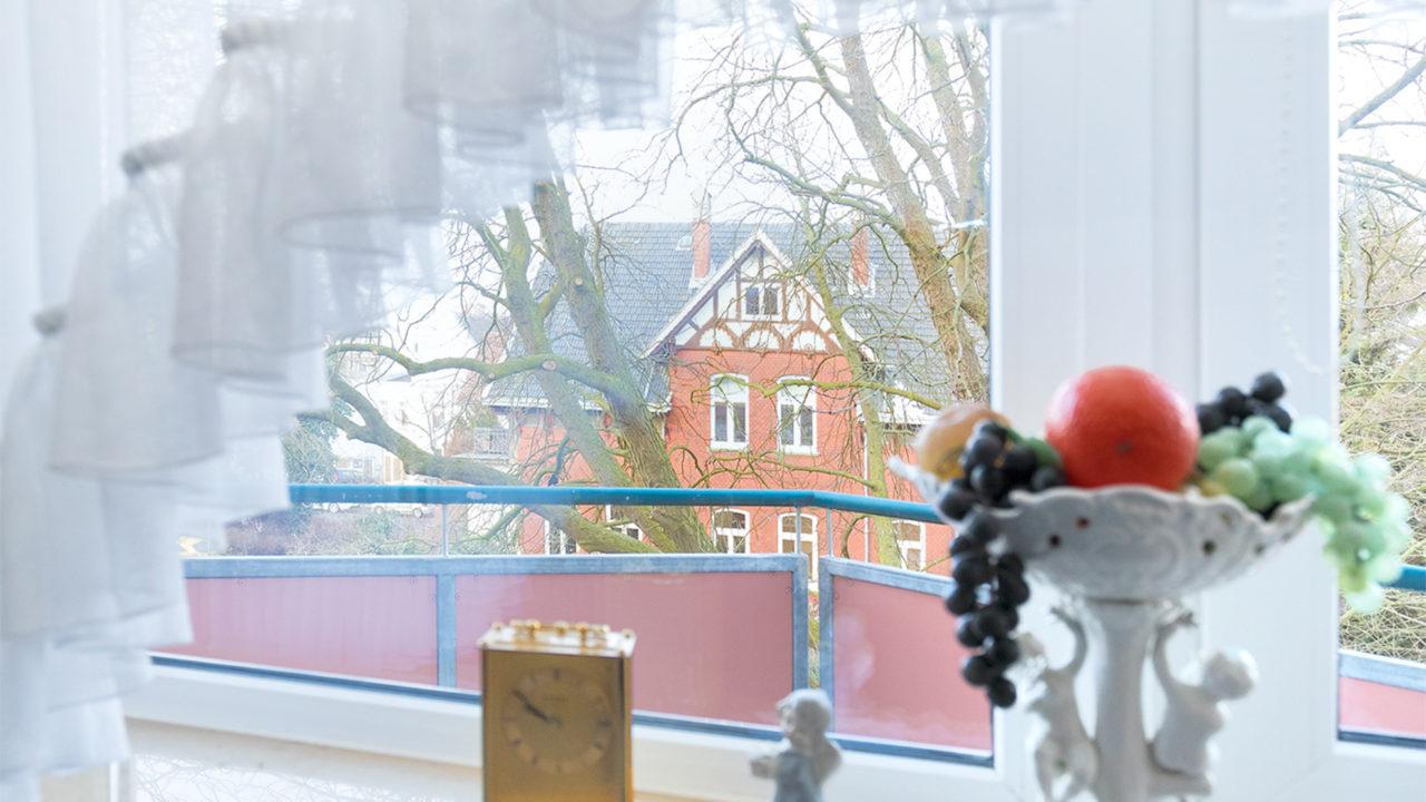Blick aus dem Wohnzimmer in einem Zimmer mit Balkon im Pflegeheim Seniorenresidenz Uelzen