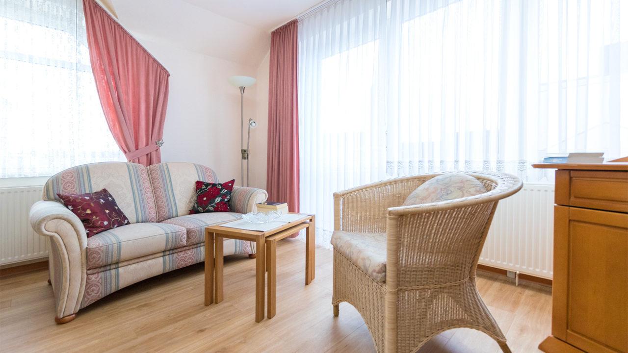 Wohnbereich in einem hellen Zimmer im Pflegeheim Seniorenresidenz Uelzen