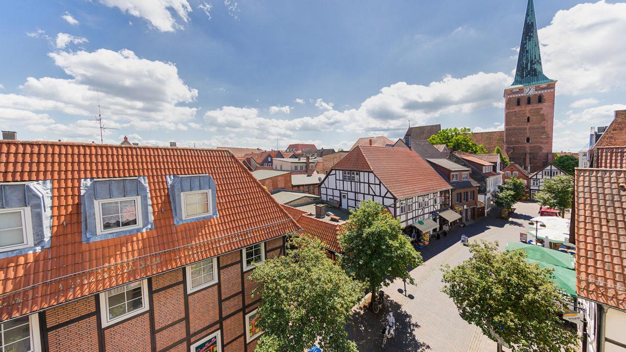 Blick aus dem Pflegeheim Seniorenresidenz Uelzen auf die Achterstraße und die St. Marienstraße